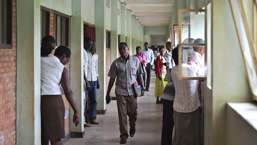 Des étudiants dans les couloirs de l'Université du Burundi (photo d'illustration). © AFP PHOTO/Carl DE SOUZA